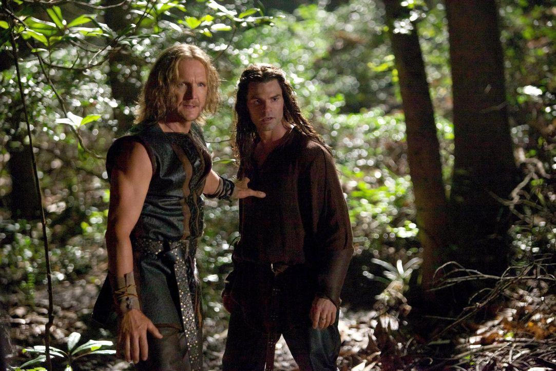 Eigentlich wollte Mikael (Sebastian Roché, l.) seine Kinder (hier: Daniel Gillies, r.) schützen, verwandelte sie aber in die ersten Vampire ... - Bildquelle: Warner Bros. Television