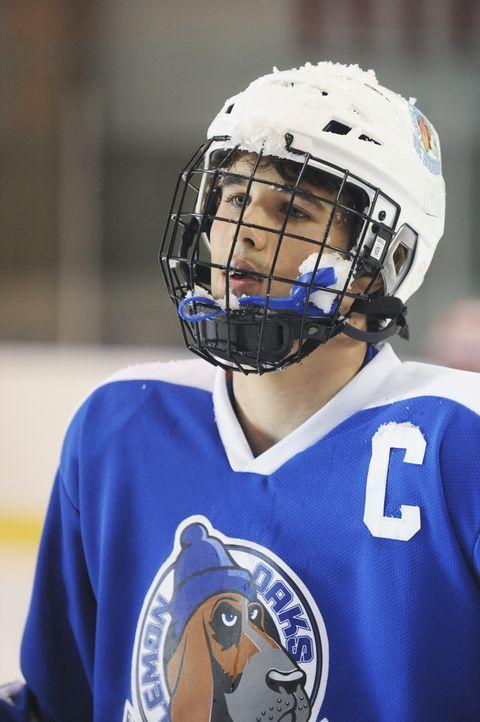 Setzt sich gerne in Szene auf Kosten seiner Mitspieler: Eishockeyspieler Alex (Hutch Dano) ... - Bildquelle: Disney