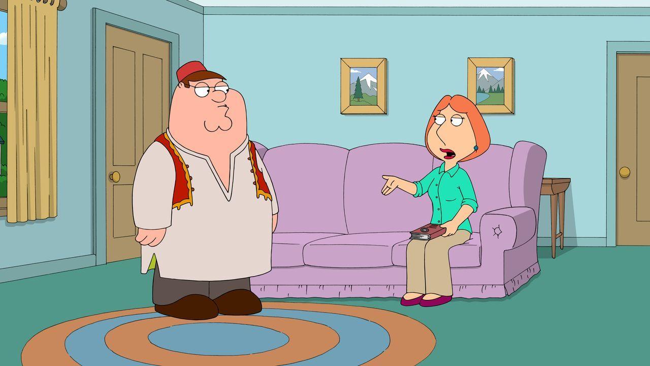 Lois (r.) kann nicht glauben, dass Peter (l.) zum Islam konvertiert ist ... - Bildquelle: 2013 Twentieth Century Fox Film Corporation. All rights reserved.