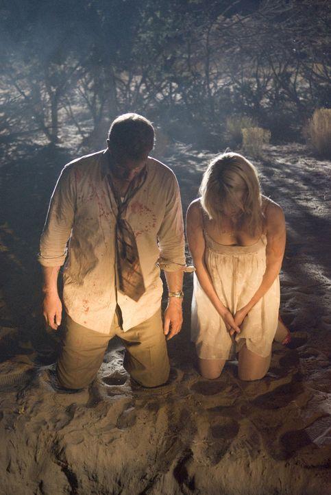 Ihre Flitterwochen enden in einem tödlichen Alptraum: Dick (Thomas Jane, l.) und Gina (Lauren German, r.) ... - Bildquelle: Sony 2010 CPT Holdings, Inc.  All Rights Reserved.