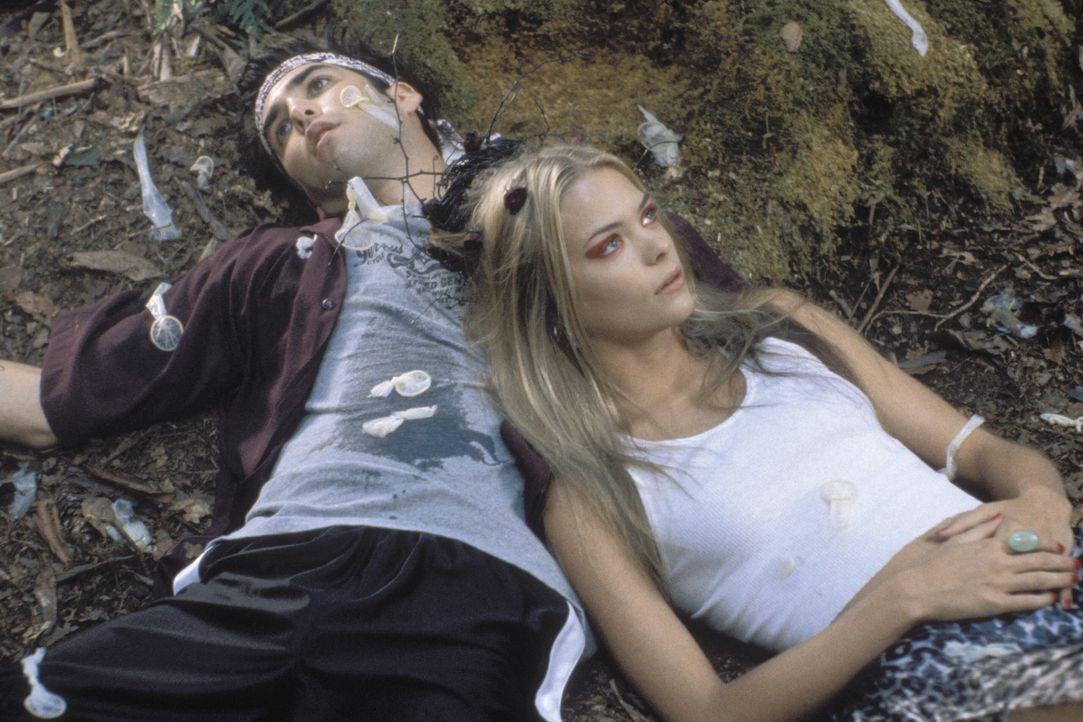 Adam (Jordan Bridges, l.) und Pixel (Jaime King, r.) haben sich im Feriencamp unsterblich ineinander verliebt! Doch sie haben nicht viel Zeit fürei... - Bildquelle: Warner Brothers