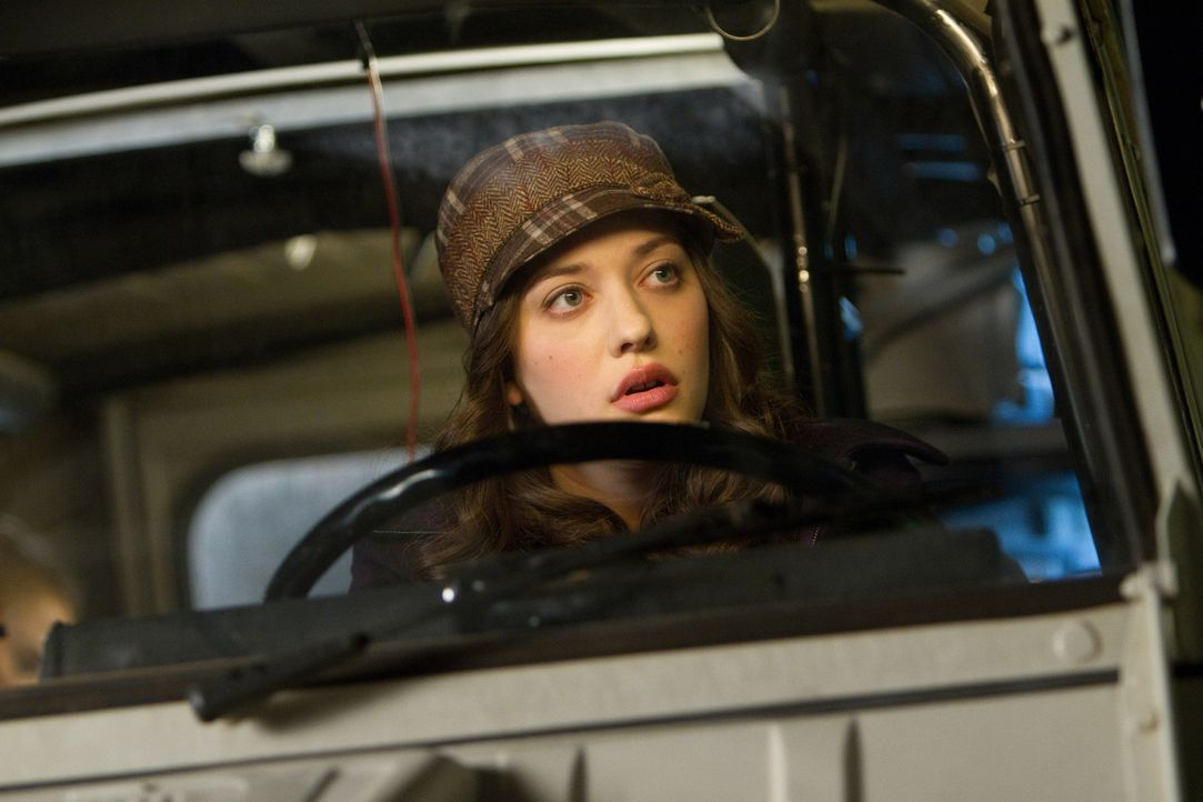 Gemeinsam mit ihrer Vorgesetzten Jane versucht Darcy Lewis (Kat Dennings), dem Geheimnis um den seltsamen Mann und das schwarze Loch auf den Grund z... - Bildquelle: 2011 MVLFFLLC. TM &   2011 Marvel. All Rights Reserved.