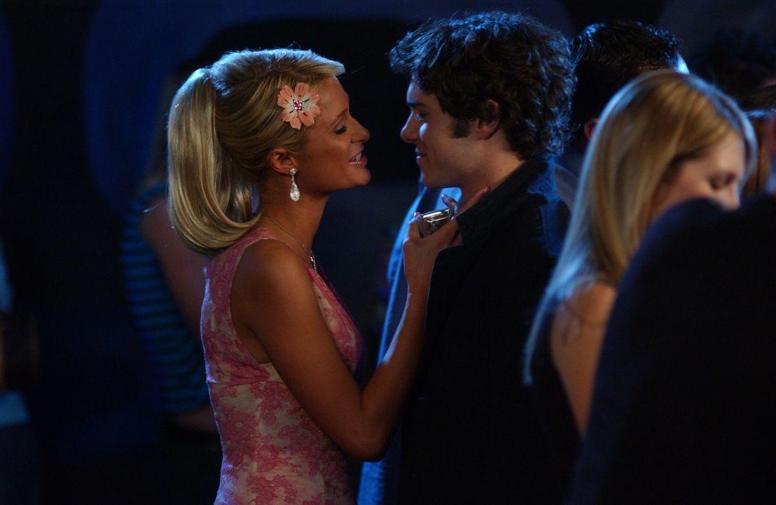Während Summer mit Grady unterwegs ist, lernt Seth (Adam Brody, r.) die aufreizende Kate (Paris Hilton, l.) kennen ... - Bildquelle: Warner Bros. Television