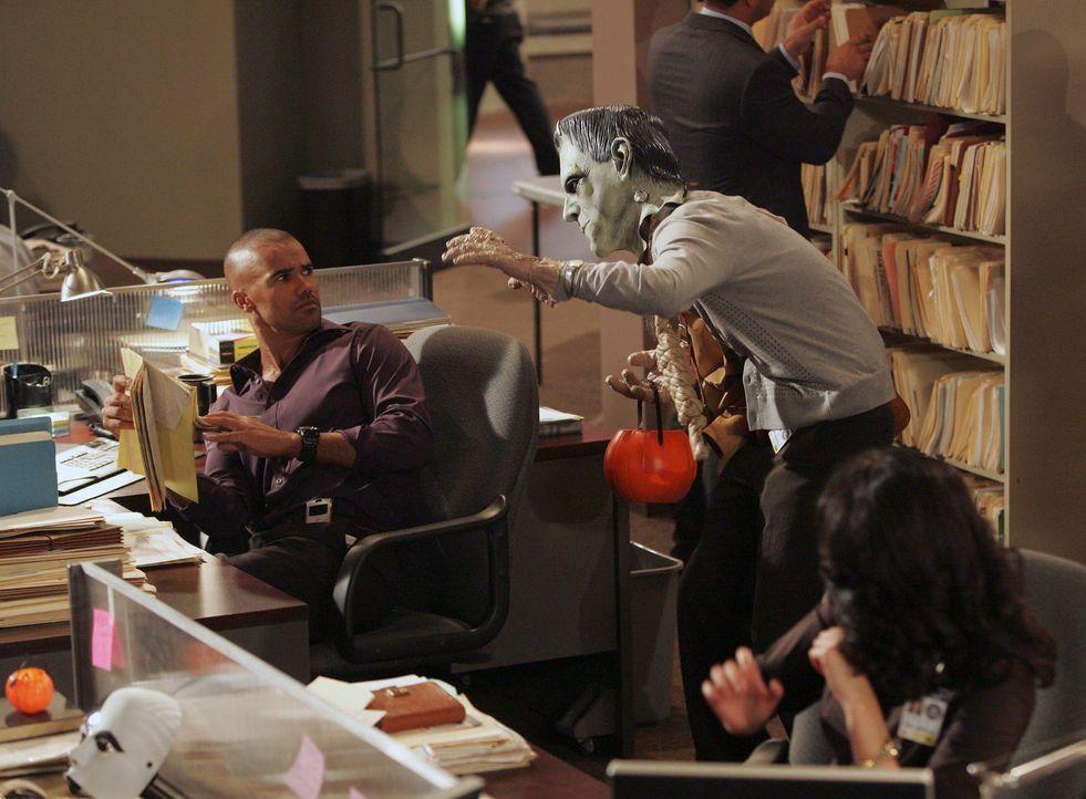 Halloween: Spencer Reid (Matthew Gray Gubler, stehend r.) erlaubt sich einen Spaß, von dem Morgan (Shemar Moore, l.) nicht sehr begeistert ist ... - Bildquelle: Touchstone Television