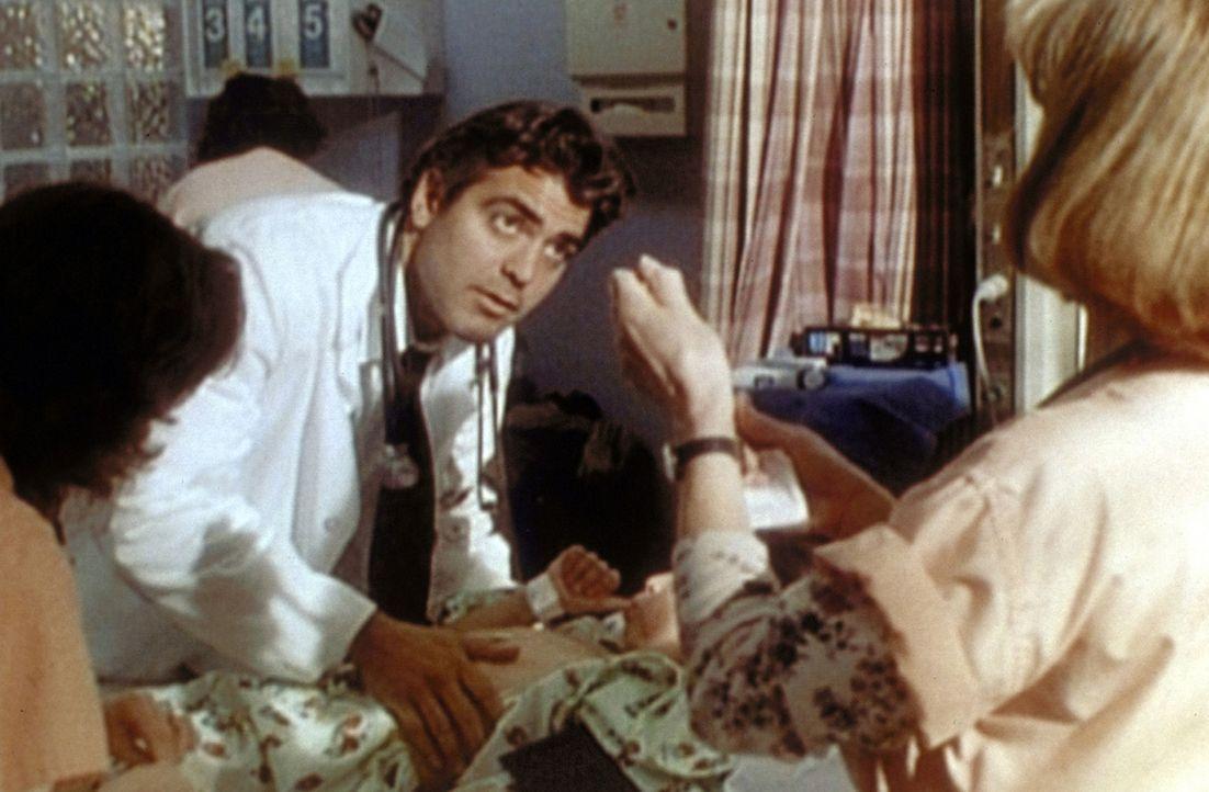 Dr. Ross (George Clooney, M.) muss schnell handeln, denn die kleine Janette bekommt plötzlich schwere Herzprobleme. Mit Hilfe von Hathaway (Juliann... - Bildquelle: TM+  WARNER BROS.