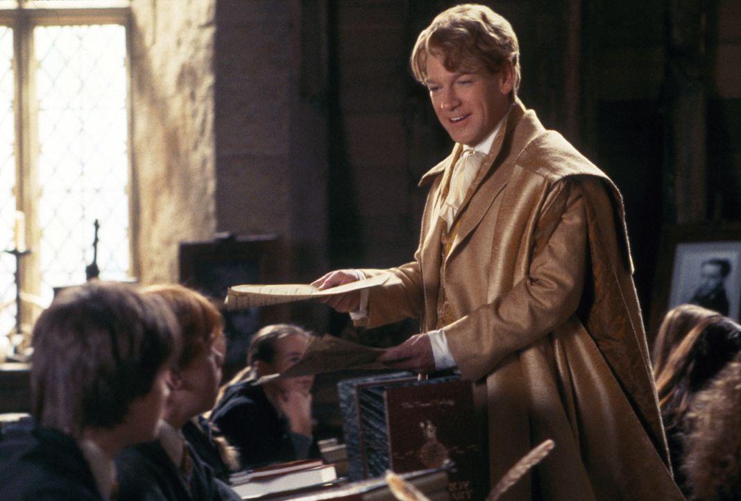 Der narzisstische Gilderoy Lockhart (Kenneth Branagh), Professor für die Abwehr der dunklen Künste, ist ein aufgeblasener Möchtegern-Zauberer, der s... - Bildquelle: Warner Bros. Pictures