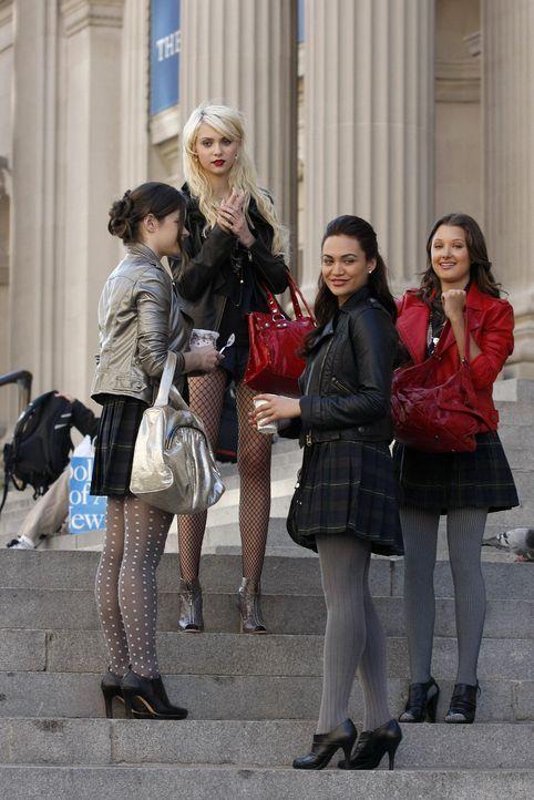 Da haben Jenny (Taylor Momsen, M.) und ihr Gefolge wohl gezeigt, wer hier der Boss ist. - Bildquelle: Warner Brothers