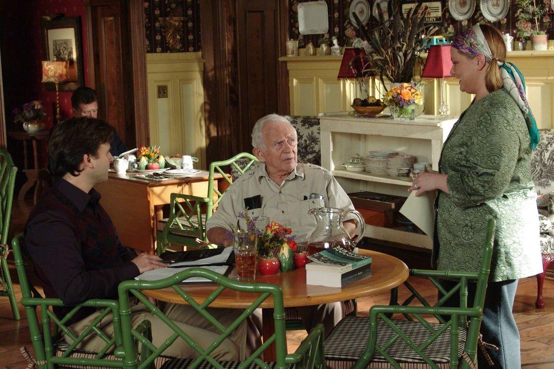Unter Stimmungsschwankungen leidend schiebt Sookie (Melissa McCarthy, r.) Norman Mailer (M.) die Schuld in die Schuhe, dass das Dragon Fly so schlec... - Bildquelle: 2004 Warner Bros.