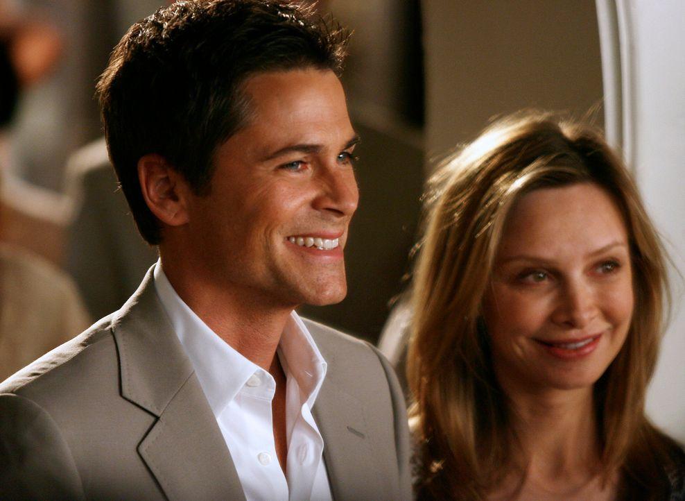 Frisch verlobt: Robert McCallister (Rob Lowe, l.) und Kitty (Calista Flockhart, r.) strahlen vor Glück... - Bildquelle: Disney - ABC International Television