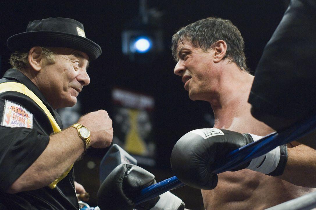 Nach einem virtuellen Kampf eines Sportkanals, der Ex-Weltmeister Rocky Balboa (Sylvester Stallone, r.) mit dem aktuellen Champion Mason Dixon vergl...