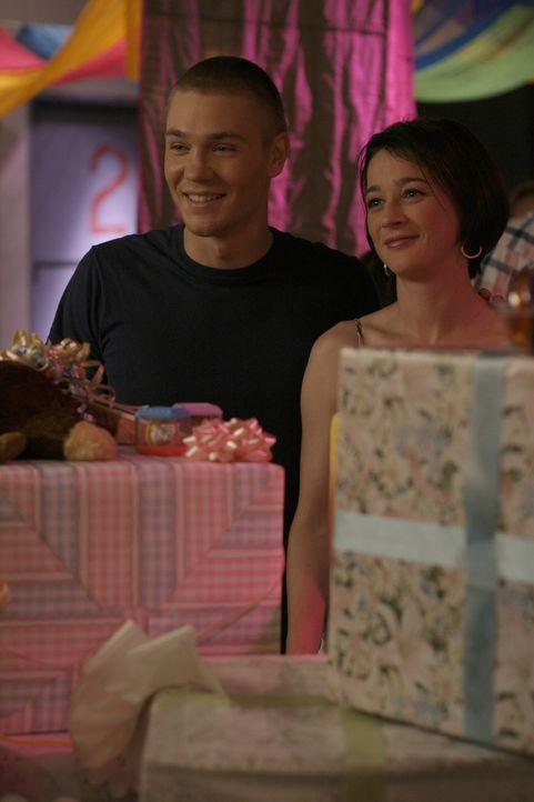 Karen (Moira Kelly, r.) und Lucas (Chad Michael Murray, l.) genießen die gelungene Verlobungsfeier ... - Bildquelle: Warner Bros. Pictures