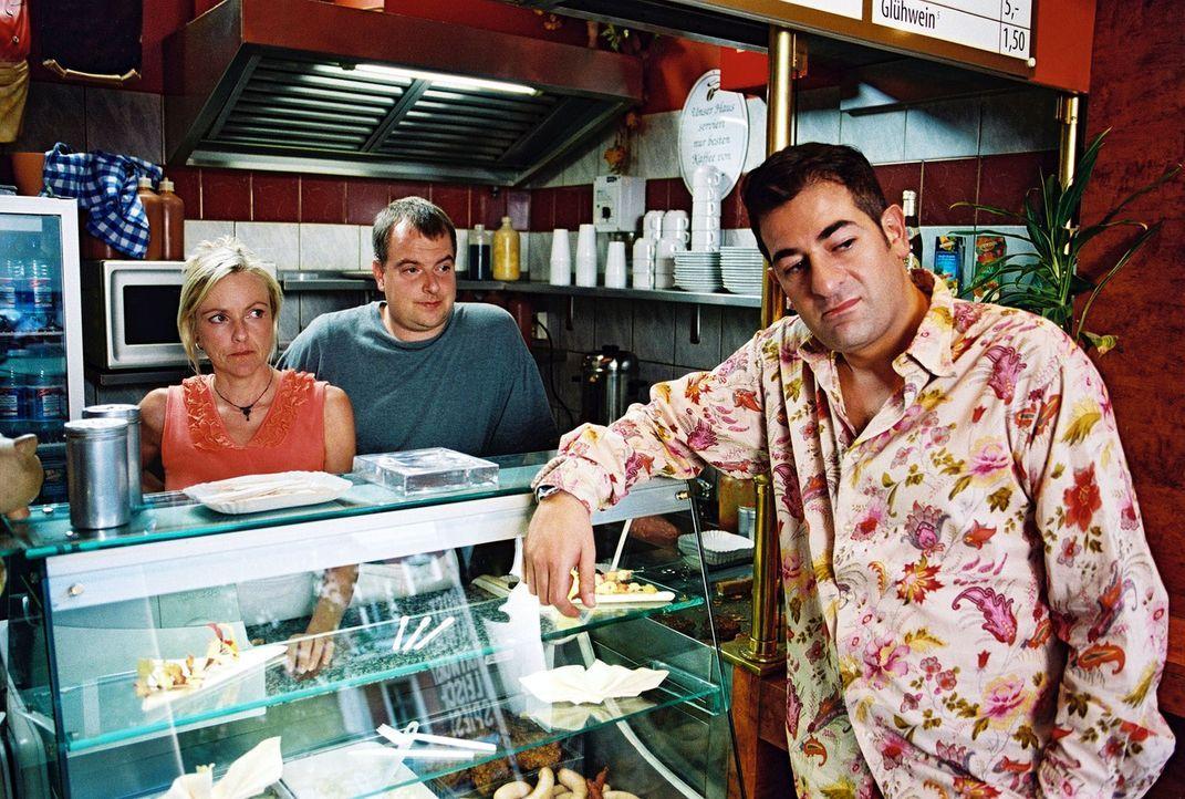 Otto (Hasan Ali Mete, r.) wohnt über einer Imbissbude, deren reger Kundenverkehr ihn nachts nicht zur Ruhe kommen lässt. Er lässt nichts unversucht,... - Bildquelle: Hardy Spitz Sat.1
