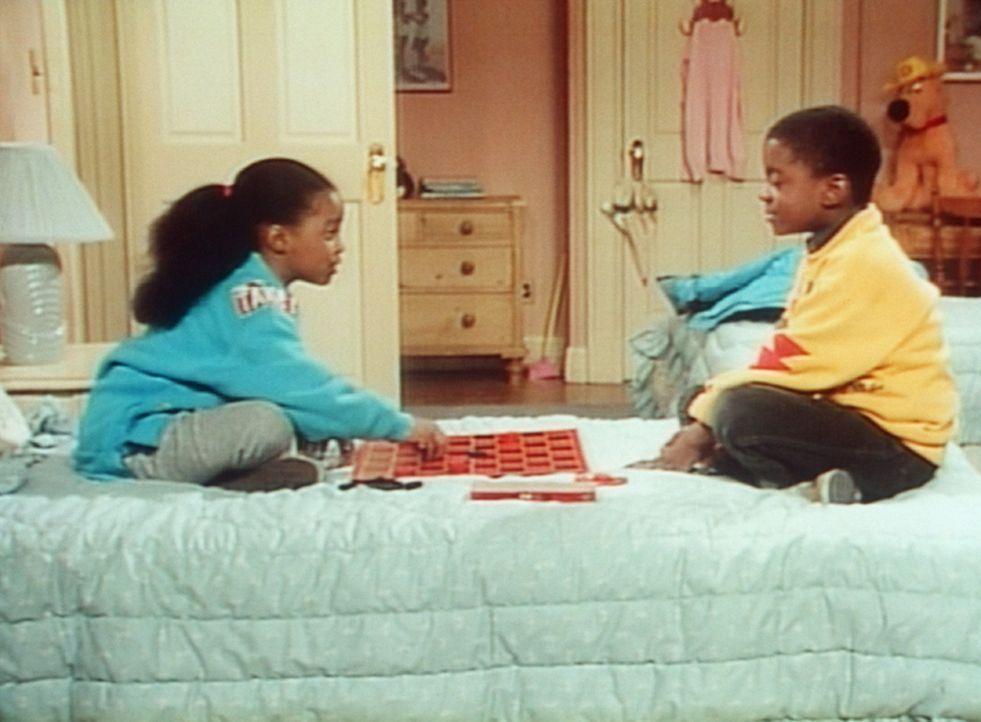 Wieder einmal besiegt Rudy (Keshia Knight Pulliam, l.) ihren Freund Kenny (Deon Richmond, r.) beim Damespiel - er revanchiert sich dafür mit seinen... - Bildquelle: Viacom
