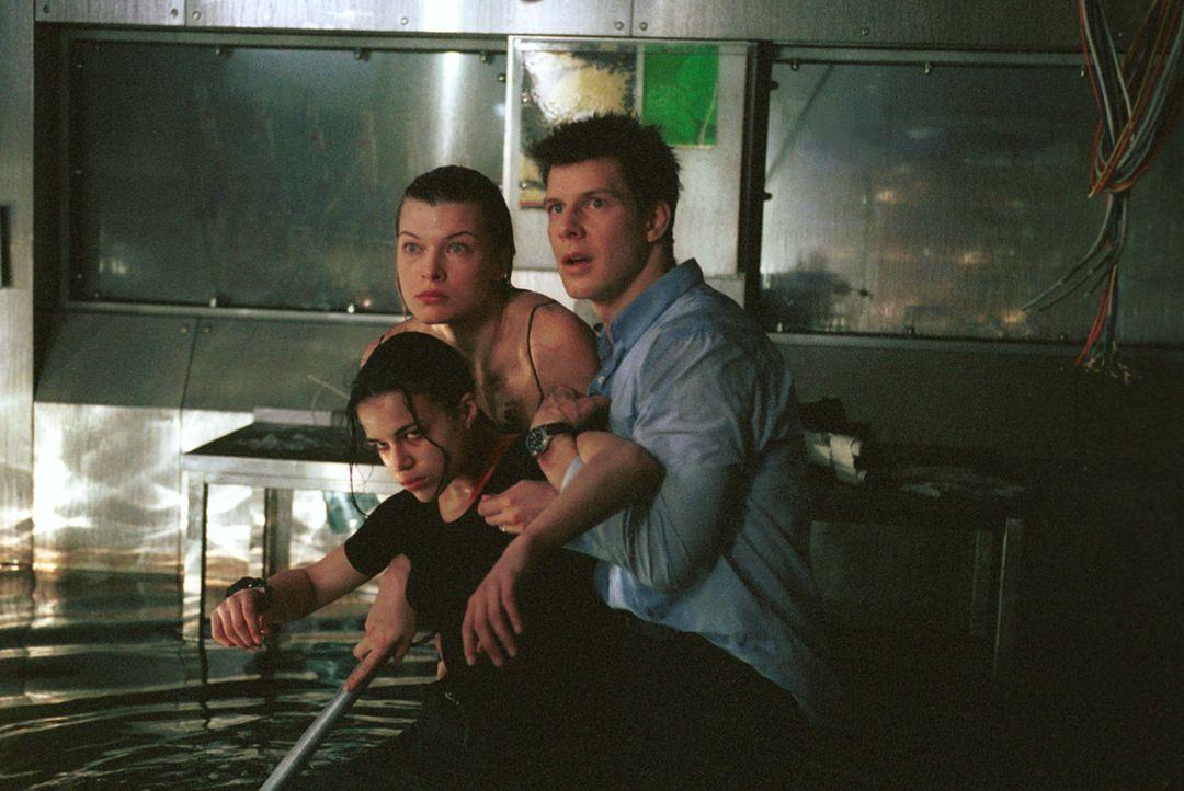 Können Alice (Milla Jovovich, l.), Rain (Michelle Rodriguez, M.) und Matt (Eric Mabius, r.) das Gebäude lebend verlassen? - Bildquelle: Constantin Film Verleih GmbH