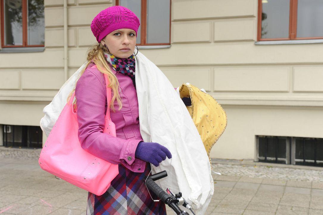 Alexander soll endlich aus Mias (Josephine Schmidt) Kopf! Im Zuge dessen versucht sie, sich Alexander schlecht zu reden ... - Bildquelle: SAT.1