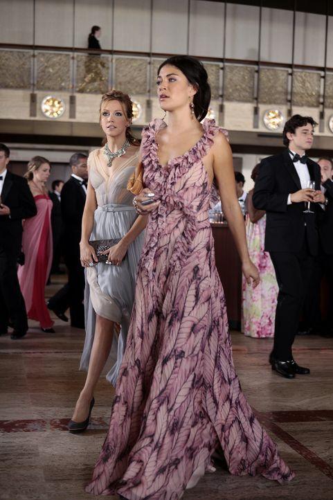 Nate findet heraus, dass Juliet (Katie Cassidy, l.) wieder gelogen hat und verbündet sich mit Vanessa (Jessica Szohr, r.), denn auch sie will nun en... - Bildquelle: Warner Bros. Television