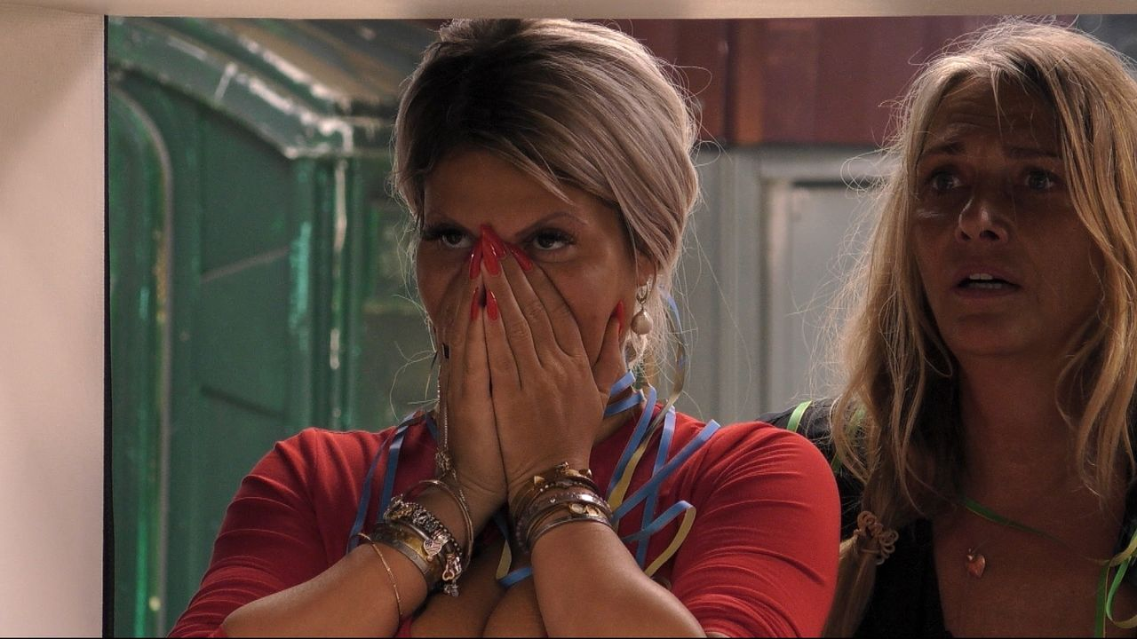 Sind von Mikes Tränen erschüttert: Sophia Vegas (li.) und Nicole Belstler-Boettcher. - Bildquelle: Sat.1