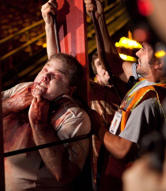 Die Passagiere des Fluges 318 werden von dem infizierten Ralph (George Back, l.) bedroht. Henry (Josh Cooke, r.) versucht das mutierte Monster zu bä... - Bildquelle: 2011 Destination Films Distribution Company, Inc. All Rights Reserved.
