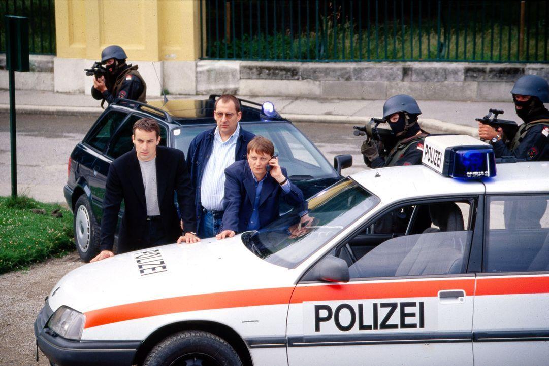 Kommissar Brandtner (Gedeon Burkhard, l.), Höllerer (Wolf Bachofner, M.) und Böck (Heinz Weixelbraun, r.) versuchen mit Hilfe eines Einsatzkommandos, den Geiselnehmer zu stellen.