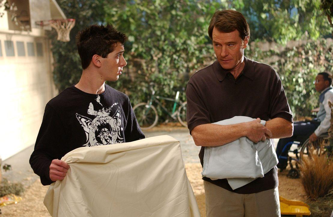 Reese (Justin Berfield, l.) unterstütz seinen Vater (Bryan Cranston, r.) tatkräftig bei seiner neuen Tätigkeit als Hobbyfriseur ... - Bildquelle: TM &   2005 - 2006 Twentieth Century Fox Film Corporation and Regency Entertainment (USA), Inc.