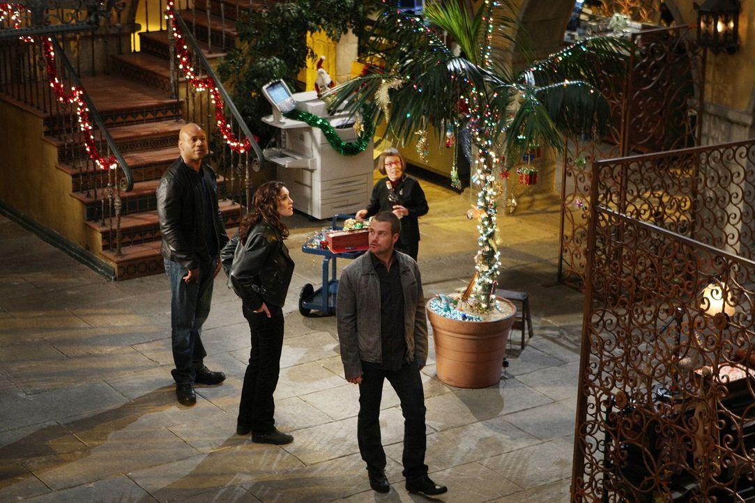 Damit sie trotz eines neuen Falles in Weihnachtsstimmung kommen, wird der Innenhof des Hauptquartiers weihnachtlich geschmückt: Sam (LL Cool J, l.),... - Bildquelle: CBS Studios Inc. All Rights Reserved.
