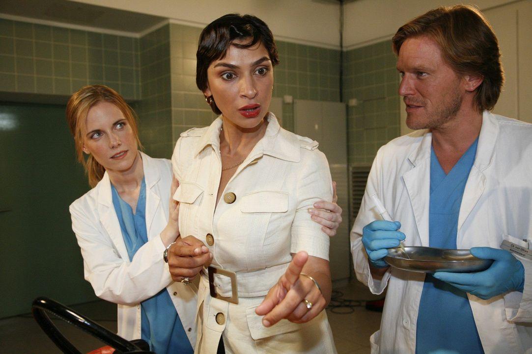 Während Mario notversorgt wird, taucht seine Frau Angela (Ivana Kansy, M.) auf. Luisa (Jana Voosen, l.) und Christian (Tobias Kai, r.) versuchen si... - Bildquelle: Mosch Sat.1