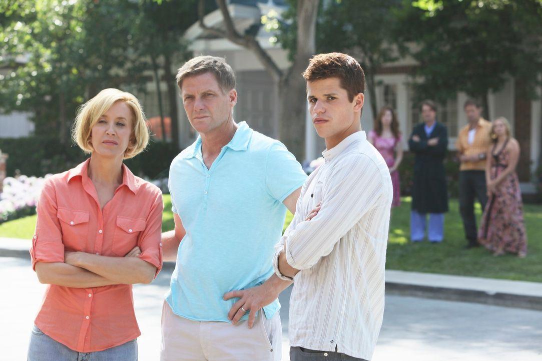 Lynette (Felicity Huffman, l.), Tom (Doug Savant, M.) und Porter (Charlie Carver, r.) sind besorgt, als sie mitbekommen haben, dass Julie bewusstlos... - Bildquelle: ABC Studios