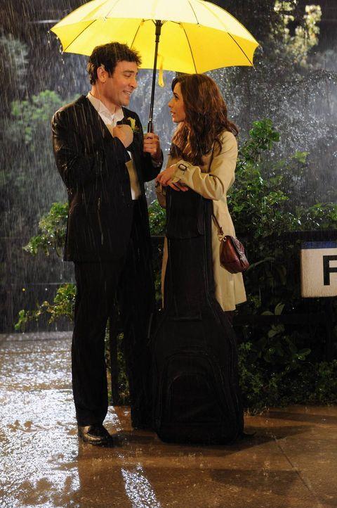Das erste Gespräch von Ted (Josh Radnor, l.) und seiner zukünftigen Frau (Cristin Milioti, r.): Wem gehört denn nun der gelbe Regenschirm? - Bildquelle: 2014 Twentieth Century Fox Film Corporation. All rights reserved.