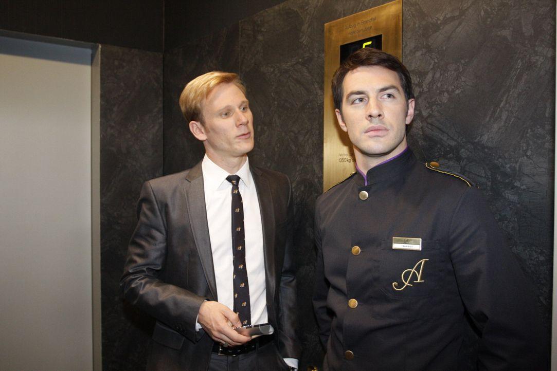 Während sich Mark (Arne Stephan, r.) Sorgen um Marcel macht, versucht Philip (Philipp Romann, l.), Manu zu Fall zu bringen ... - Bildquelle: SAT.1