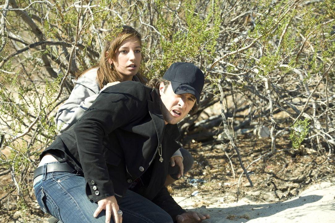 Als Detektiv Mick (Alex O'Loughlin, vorne) Leni Hayes (Vanessa Lengies, hinten) retten will, geschieht etwas Unfassbares: Das starke Sonnenlicht set... - Bildquelle: Warner Brothers