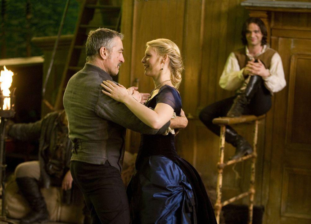 Der Piratenkapitän Shakespeare (Charlie Cox, l.) ist von den seinen zwei Besuchern begeistert. Tristan (Charlie Cox, hinten) und Yvaine (Claire Dan... - Bildquelle: 2006 Paramount Pictures. All Rights Reserved.