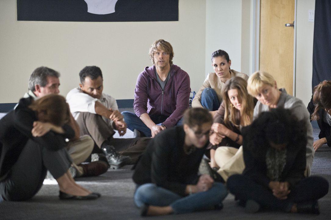 Gemeinsam versuchen sie, die Terroristen, die ein Bürogebäude mit Geiseln eingenommen haben, zu stoppen, in dem sie sich heimlich unter die Geiseln... - Bildquelle: CBS Studios Inc. All Rights Reserved.