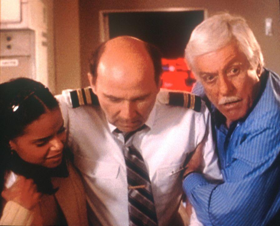Mark (Dick Van Dyke, r.) und Amanda (Victoria Rowell, l.) bemühen sich um den Piloten Lincoln (Mark La Mura, M.), der einen Schwächeanfall erlitten... - Bildquelle: Viacom