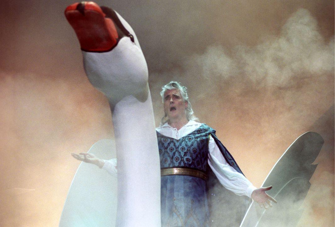 Der berühmte Wagner-Tenor Franz Rudelius (Sky du Mont) reitet auf einem Schwan auf die Bühne ... - Bildquelle: Hardy Spitz Sat.1