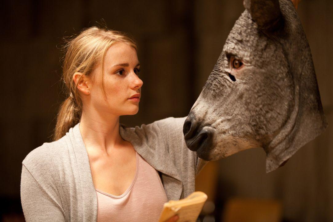 Obwohl Claire alias Tamara (Anna Hausburg, l.) sogar die Rolle der Titania in Shakespeares Sommernachtstraum ergattern kann, will es ihr einfach nic... - Bildquelle: Maor Waisburd SAT.1
