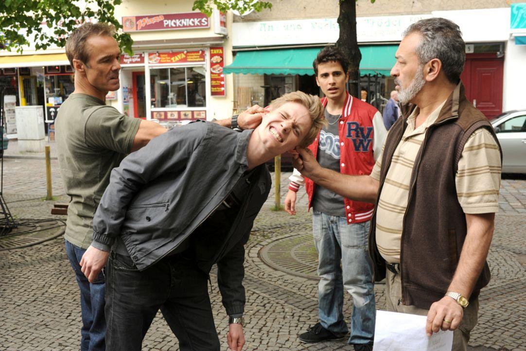 Für Harald (Hannes Jaenicke, l.) und Yussuf (Tayfun Bademsoy, 2.v.r.) gibt es keine Frage: Mustafas (Garry Fischmann, 2.v.r.) Widersacher Dirk (Patr... - Bildquelle: Aki Pfeiffer SAT.1