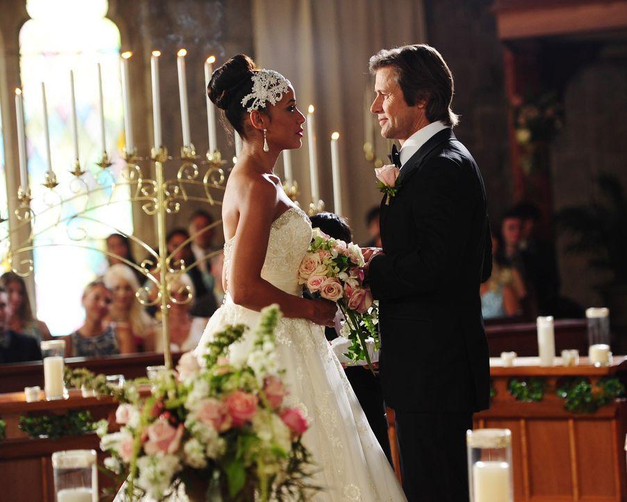 Können sich Rosie (Dania Ramirez, l.) und Spence (Grant Show, r.) tatsächlich so eine teure Hochzeit leisten? - Bildquelle: 2014 ABC Studios