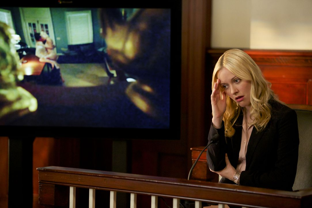 Die Verhandlungen bringen Lee Anne (Georgina Haig) immer wieder in missliche Lagen ... - Bildquelle: 2013 CBS BROADCASTING INC. ALL RIGHTS RESERVED.