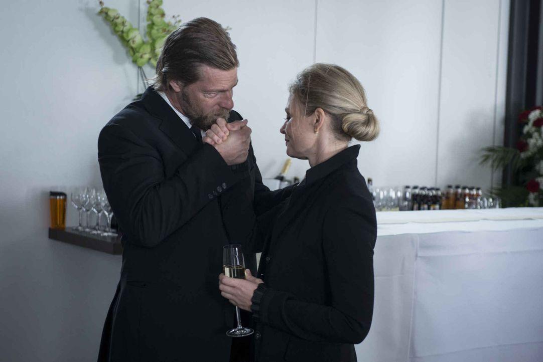 Auf der Beerdigung ihres Mannes kann Mick (Henning Baum, l.) Vera Koller (Susanna Simon, r.) dazu überreden, die Anzeige gegen Andreas zurückzuziehe... - Bildquelle: Martin Rottenkolber SAT.1