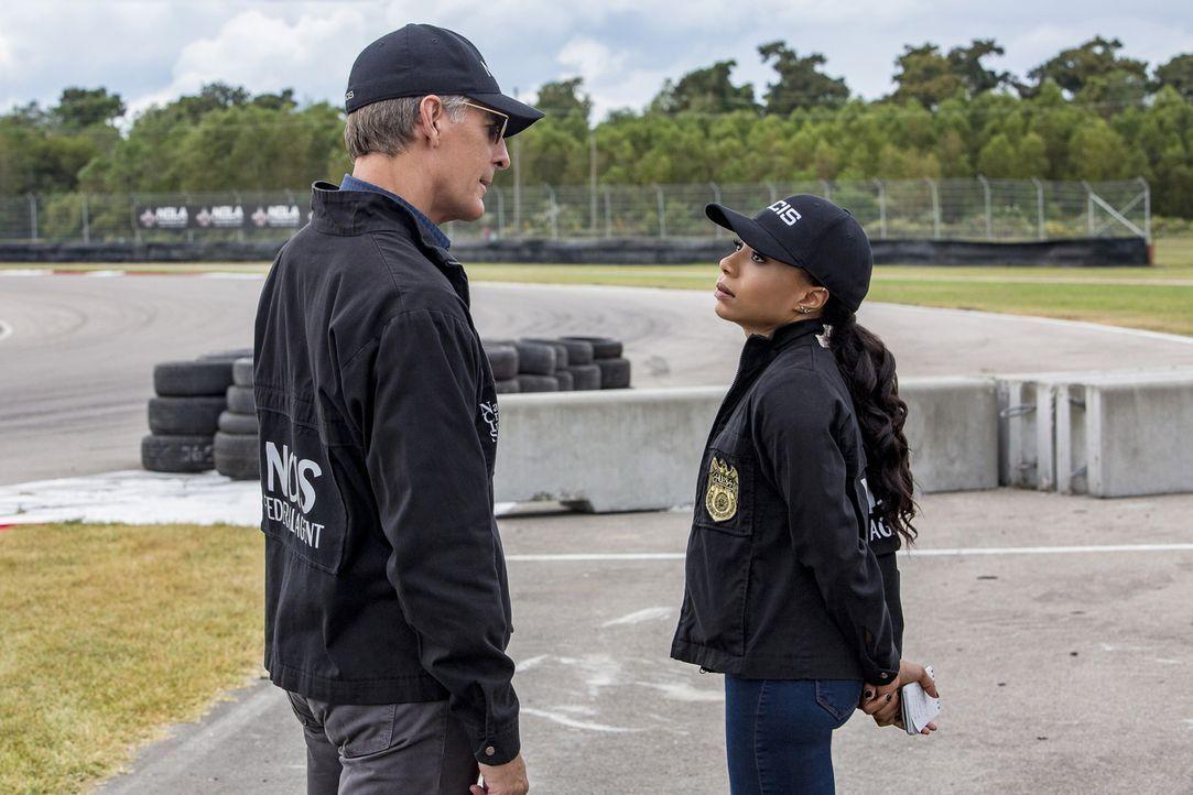 Pride (Scott Bakula, l.) und Percy (Shalita Grant, r.) nehmen die Ermittlungen auf, als es bei einem gefährlichen Autorennen zu fatalen Folgen für e... - Bildquelle: Skip Bolen 2016 CBS Broadcasting, Inc. All Rights Reserved