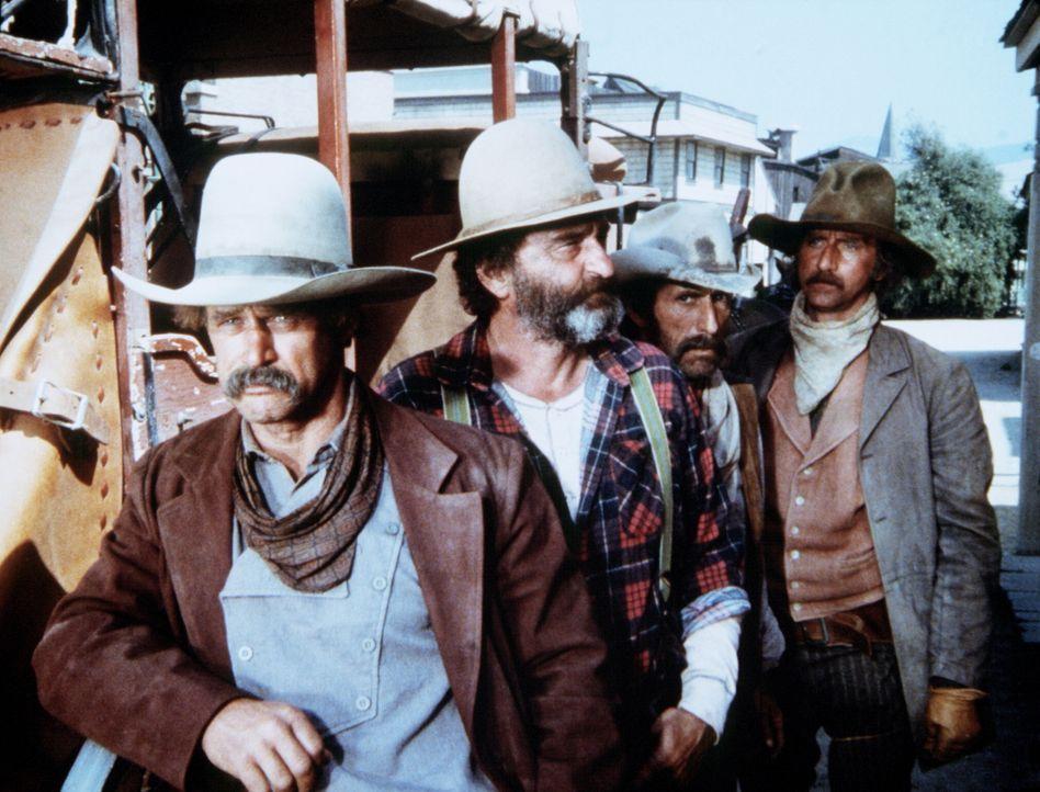 Cole (Geoffrey Lewis, l.), Bart (Robert Donner, 2.v.r.) und Lonnie Younger (Timothy Scott, r.) sind mit ihrer Geisel Mr. Edwards (Victor French, 2.v... - Bildquelle: Worldvision