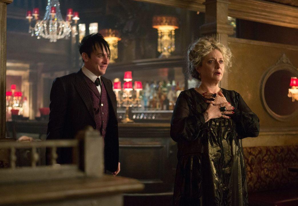 Cobblepots (Robin Lord Taylor, l.) Mutter Gertrude (Carol Kane, r.) ist stolz auf ihren Sohn, der ihr seinen neuen Nachtclub vorführt ... - Bildquelle: Warner Bros. Entertainment, Inc.