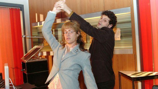 Lisas (Alexandra Neldel, l.) und Rokkos (Manuel Cortez, r.) Tanzversuche sche...