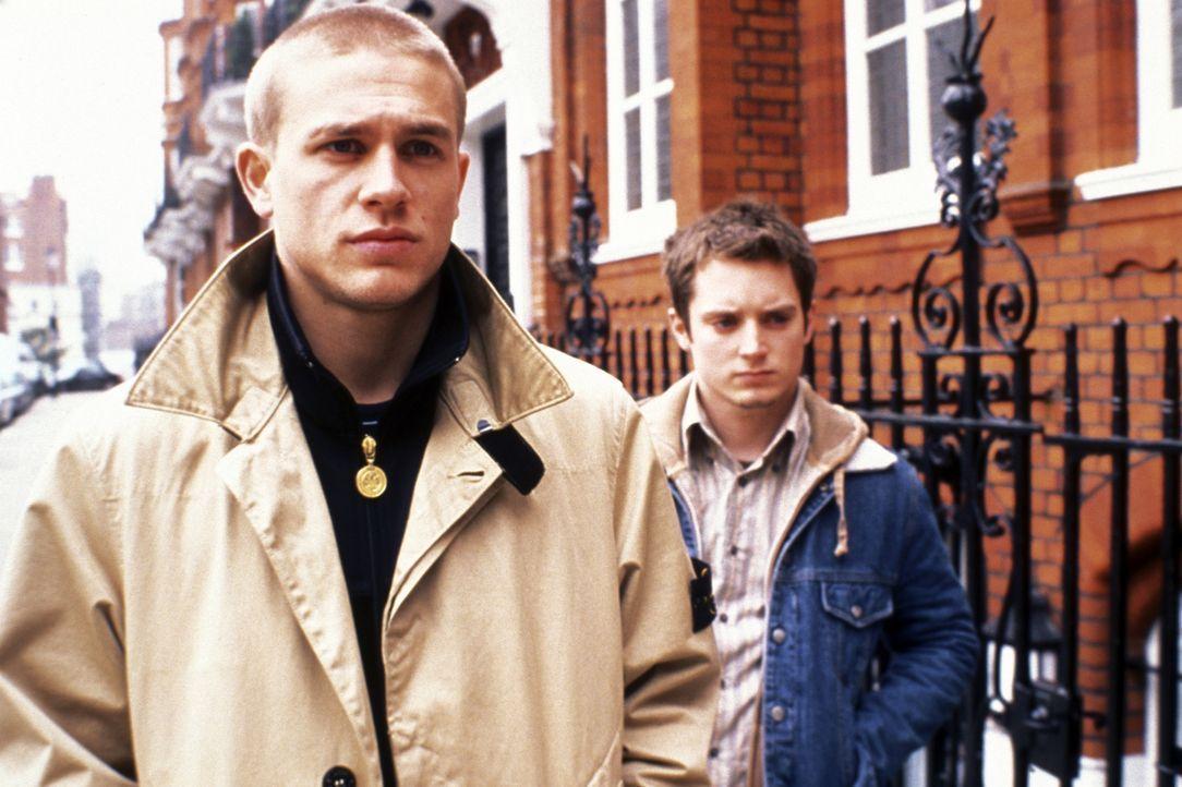 Geraten in eine schier endlose Spirale aus Haß und Brutalität: Matt (Elljah Wood, r.) und Pete (Charlie Hunnam, M.) ... - Bildquelle: Odd Lot Entertainment
