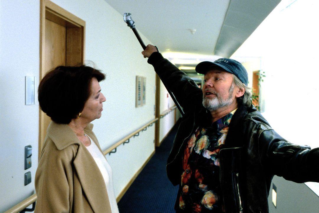 Willi Haller (Helmut Griem, r.) und Eva Haas (Ursula Lingen, l.) unterhalten sich im Altersheim. - Bildquelle: Guido Engels Sat.1