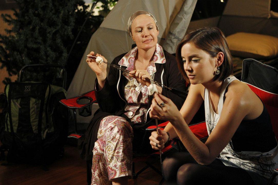 Silver (Jessica Stroup, r.) kümmert sich liebevoll um ihre kranke Mutter. Hoffentlich wächst ihr der doppelte Stress nicht über den Kopf... - Bildquelle: TM &   CBS Studios Inc. All Rights Reserved