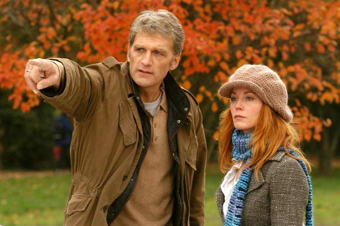 Sandra (Esther Schweins, r.) versucht Max (Walter Sittler, l.) vorzumachen, dass Gosslar ihr Onkel ist. - Bildquelle: Sat.1