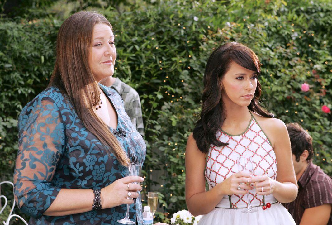 Delia (Camryn Manheim, l.) erzählt Melinda (Jennifer Love Hewitt, r.) von den seltsamen Vorkommnissen in dem Haus, das sie vor kurzem an ein junges... - Bildquelle: ABC Studios
