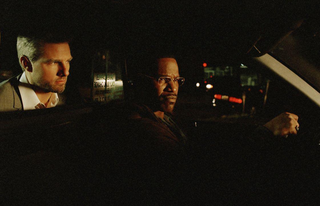 Eines Nachts steigt der eher unscheinbare Vincent (Tom Cruise, l.) zu Taxifahrer Max (Jamie Foxx, r.) ins Auto und heuert ihn als Fahrer für die Nac... - Bildquelle: TM &   Paramount Pictures. All Rights Reserved.