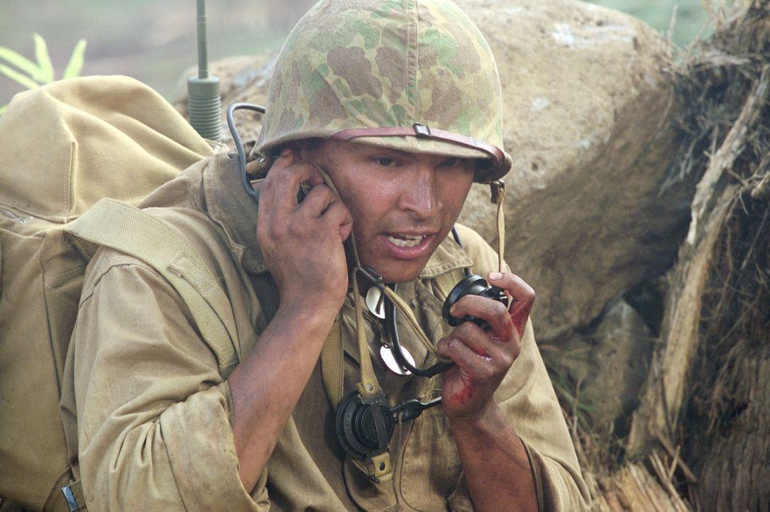Der junge Navajo-Indianer Ben Yahzee (Adam Beach) arbeitet während des Pazifikkriegs als Code-Funker für die US-Marine. - Bildquelle: 2002 METRO-GOLDWYN-MAYER PICTURES INC.. All Rights Reserved